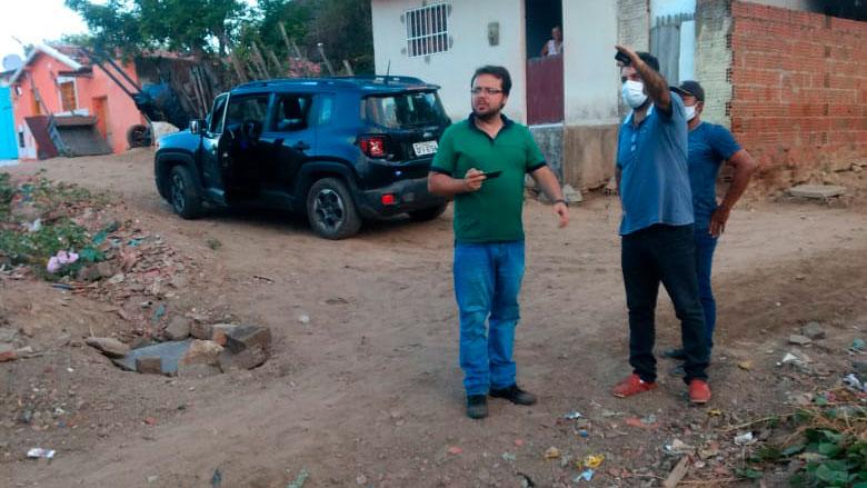 O Prefeito Tarcísio junto com o engenheiro projetista visitam ruas que serão beneficiadas com pavimentação em paralelepípedo